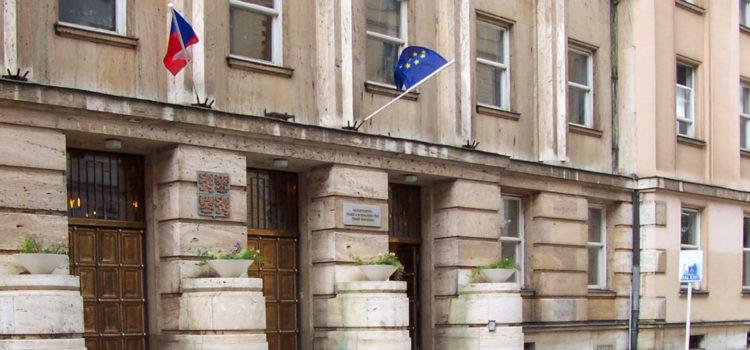 Ministerstvo škrtá dávky i lidi